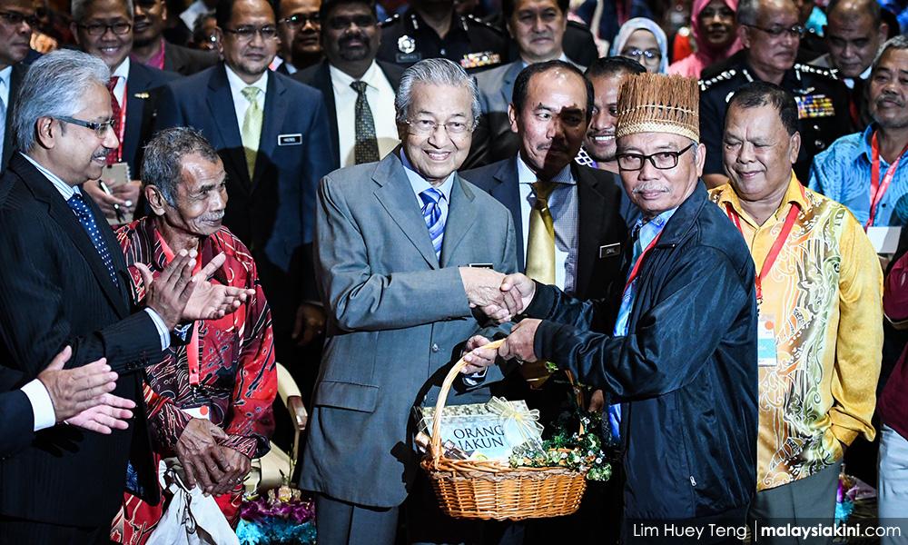GPGT! Tun Dr M looks very scard among Orang Asli