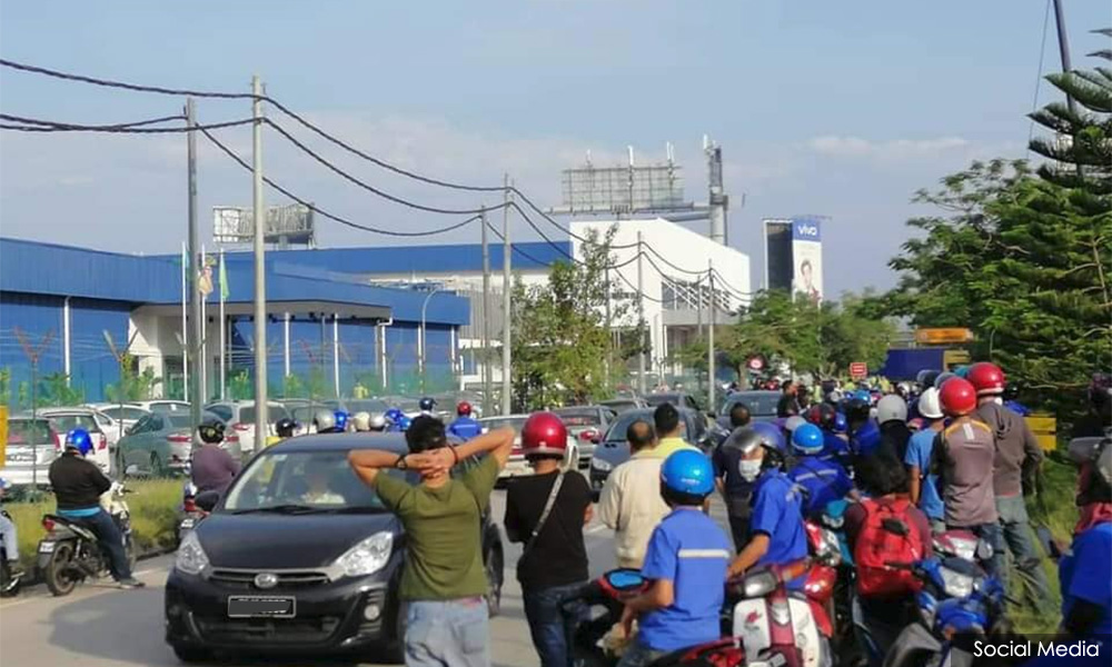 Malaysians Must Know the TRUTH: Factory workers in Perai protest