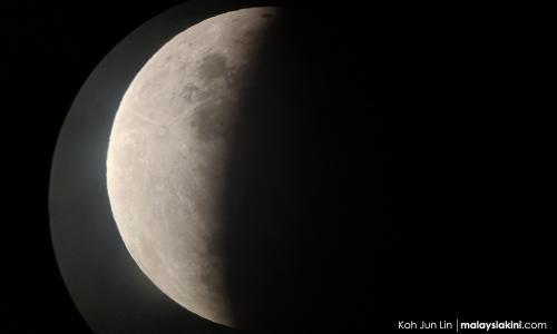 Gerhana bulan di balik awan