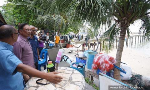 Anwar's meet with fishermen on PSR slammed as 'sandiwara'