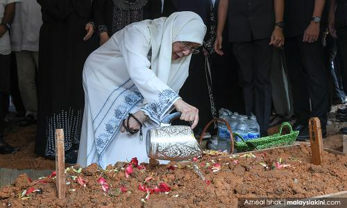 Tearful goodbye: DPM pays last respect to father